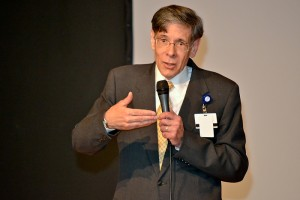 Dr. Frank Torti responds to a faculty member's question. (Tina Encarnacion/UConn Health Center Photo)