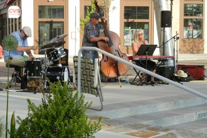 Enjoying the Jan Jungden Trio during Live Music Wednesday at Storrs Center. (Abby Mace/UConn Photo)