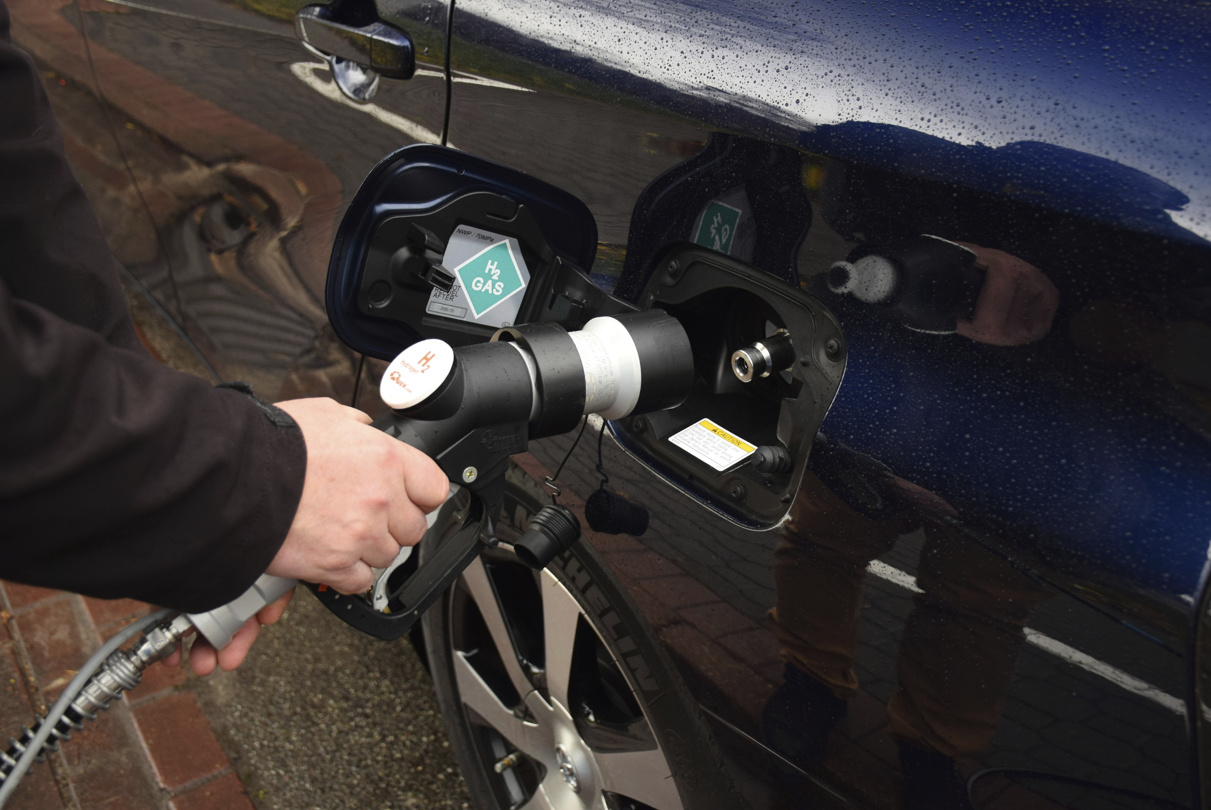 Refueling a hydrogen-powered car. (iStock Photo)